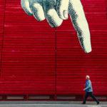Foto mit Zeigefinger auf Mensch